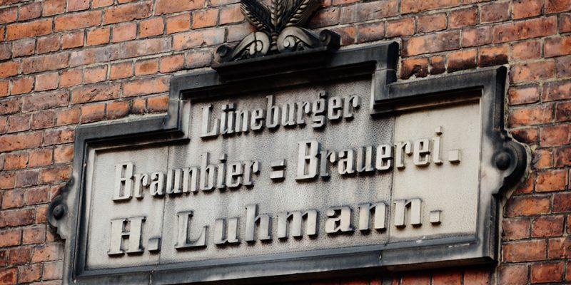 Hier erinnert ein Schild an die Tradition der Luhmannschen Braubierbrauerei © Böhnlein/Lachenicht/Müller
