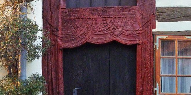 Die erhaltene mittelalterliche Holztür an einem der Fahrt- und Gerichtsknechtehäuser © Marieke Tödter