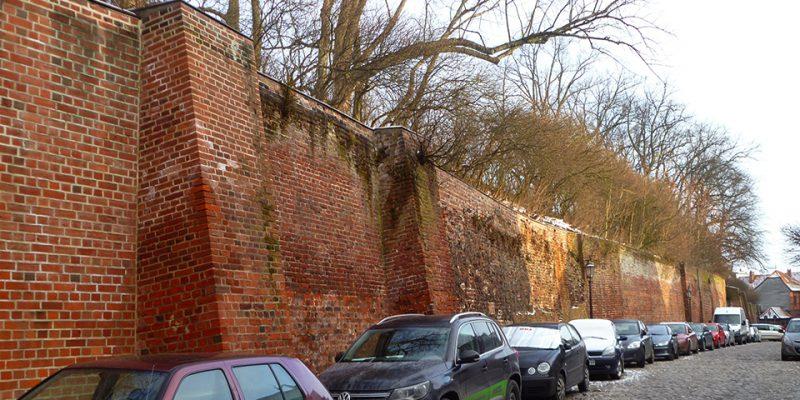 """Die innere Stadtmauer in der Straße """"Hinter der Bardowicker Mauer"""" © Marieke Tödter"""