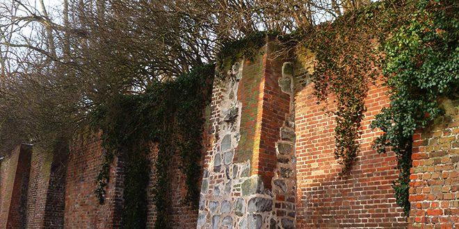 Die Feldsteine an der inneren Stadtmauer: Reste ihrer frühesten Form © Marieke Tödter