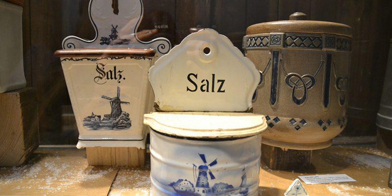 Einige der vielen ausgestellten Salzbehälter © Golombek/Lubitz
