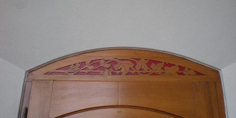Blattornamentik im Gründerzeitstil über den Klassenraumtüren © Arndt