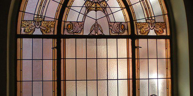 Gründerzeitliche Glaskunst am Fenster im Haupttreppenaufgang © Arndt