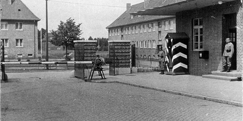 Der Eingang wurde streng bewacht © Sammlung Zühlsdorff