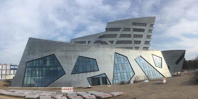 Durch seine schrägen Außenwände wirkt das Gebäude futuristisch © Mikalo/Fricke