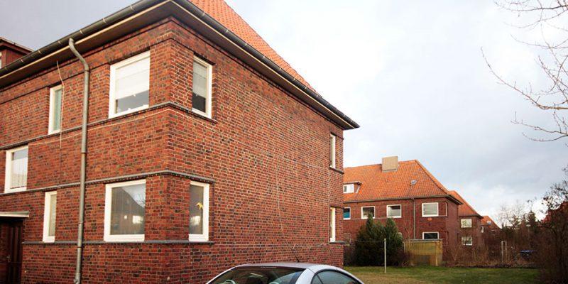 Sachlich gehaltene Rotklinker-Häuser prägen die Ränder der Siedlung © Ruhkopf/Götz
