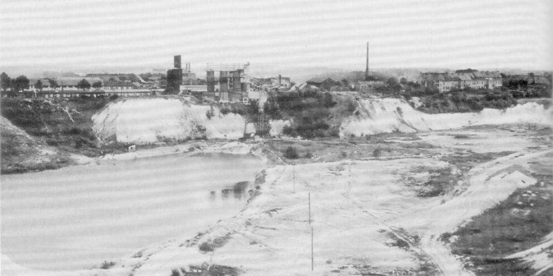 Kalksteinbruch am Zeltberg (heute Kreideberg) im Juni 1958, östliche Steilwand mit Kalk- und Zementwerk über der Bruchsohle. Quelle: Allmer, Frank/Horst, Kurt (1995), Abbildung 2, Foto: D. Schumacher, 54.