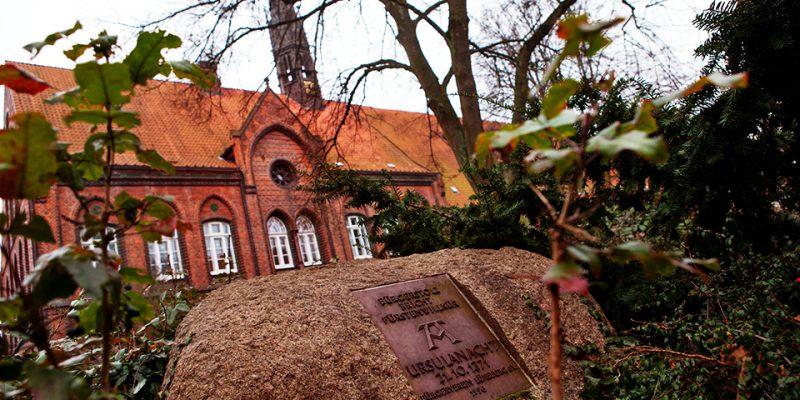Gedenkstein vor der Heiligengeist Grundschule © Bokop/Seidler