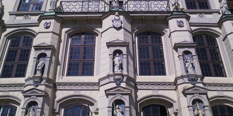 Figuren Rathausfassade © Jüntschke/Schwarz