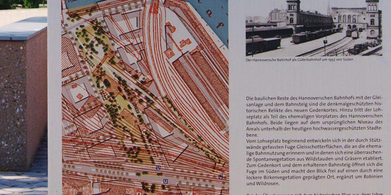 Infotafel mit historischer Abbildung des Hannoverschen Bahnhofs © Döpken