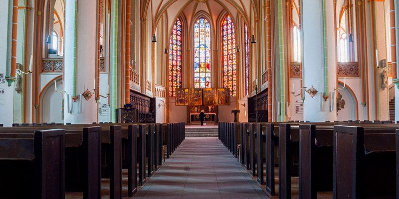 St Johanniskirche Innenraum: Der prunkvolle Altarraum zieht die Blicke auf sich, wodurch die fein geschnitzten Synagogenallegorie am Chorgestühl leicht übersehen werden © Köster/Seebo