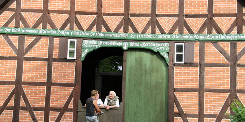 Alte Bauernhäuser öffnen den Gästen ihre Türen und laden zum Verweilen ein. © Urban Explorer Hamburg