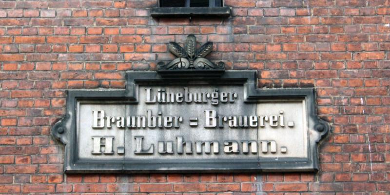 Altes Brauereischild der Lüneburger Braunbier-Brauerei H. Luhmann © Lamm