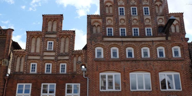 Das Haupthaus mit siebenstufigem Staffelgiebel von Am Sande 8 (rechts) mit Nebenhaus (links) © Langemeyer