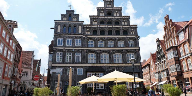 Frontansicht des imposanten Gebäudes am westlichen Ende des Platzes, auch hier mit einem Haupt- und einem Nebenhaus © Langemeyer