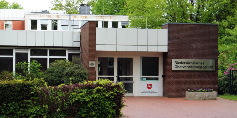 Der Eingang des Niedersächsischen Oberverwaltungsgerichts © Lamm