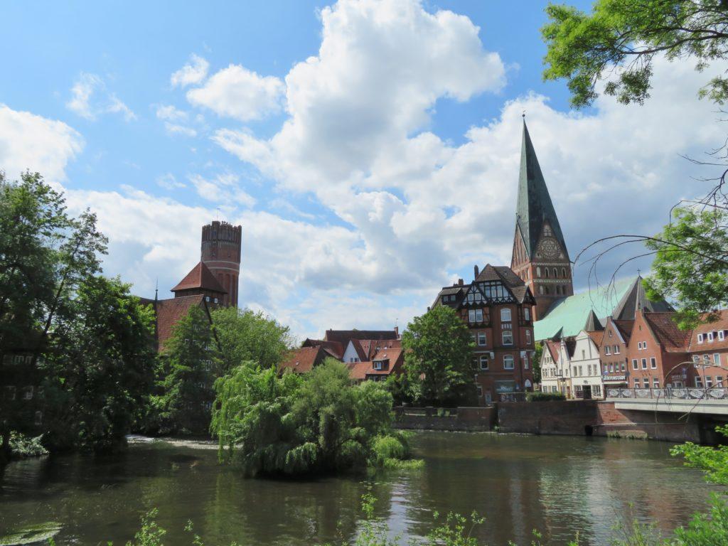 Die St. Johannis-Kirche mit ihrem schiefen Kirchturm und der Wasserturm © Grosser