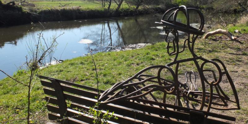 """""""Zwiegespräch am Fluss"""" regt Besucher*innen zur Interaktion mit der Kunst an © Hoppe/Morawietz"""
