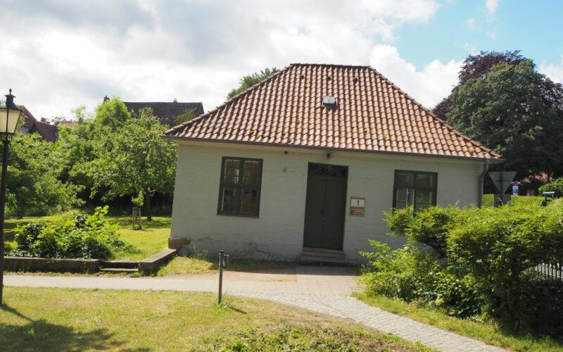 Auf dem Gelände des zur Michaeliskirche gehörenden Kirchparks am Springintgut steht ein besonders schiefes Gebäude © Cornehl/Ellerbrock
