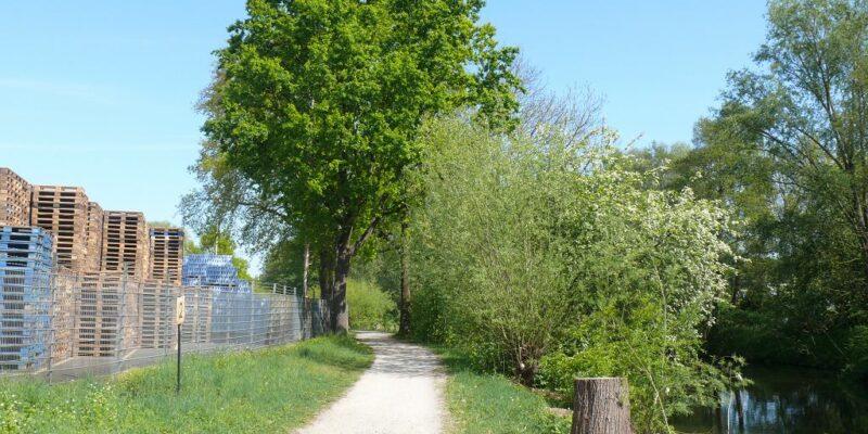 Der Weg zwischen Fluss und Industriegebiet © Stumpe