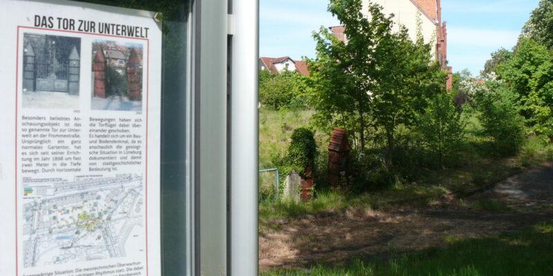 Infotafel und Tor zur Unterwelt im Scunthorpepark © Stumpe