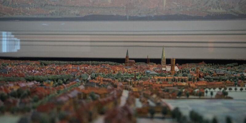 Eine interaktive Karte und ein Modell der Stadt veranschaulichen das damalige Erscheinungsbild Lüneburgs © Hardt/Gelbe