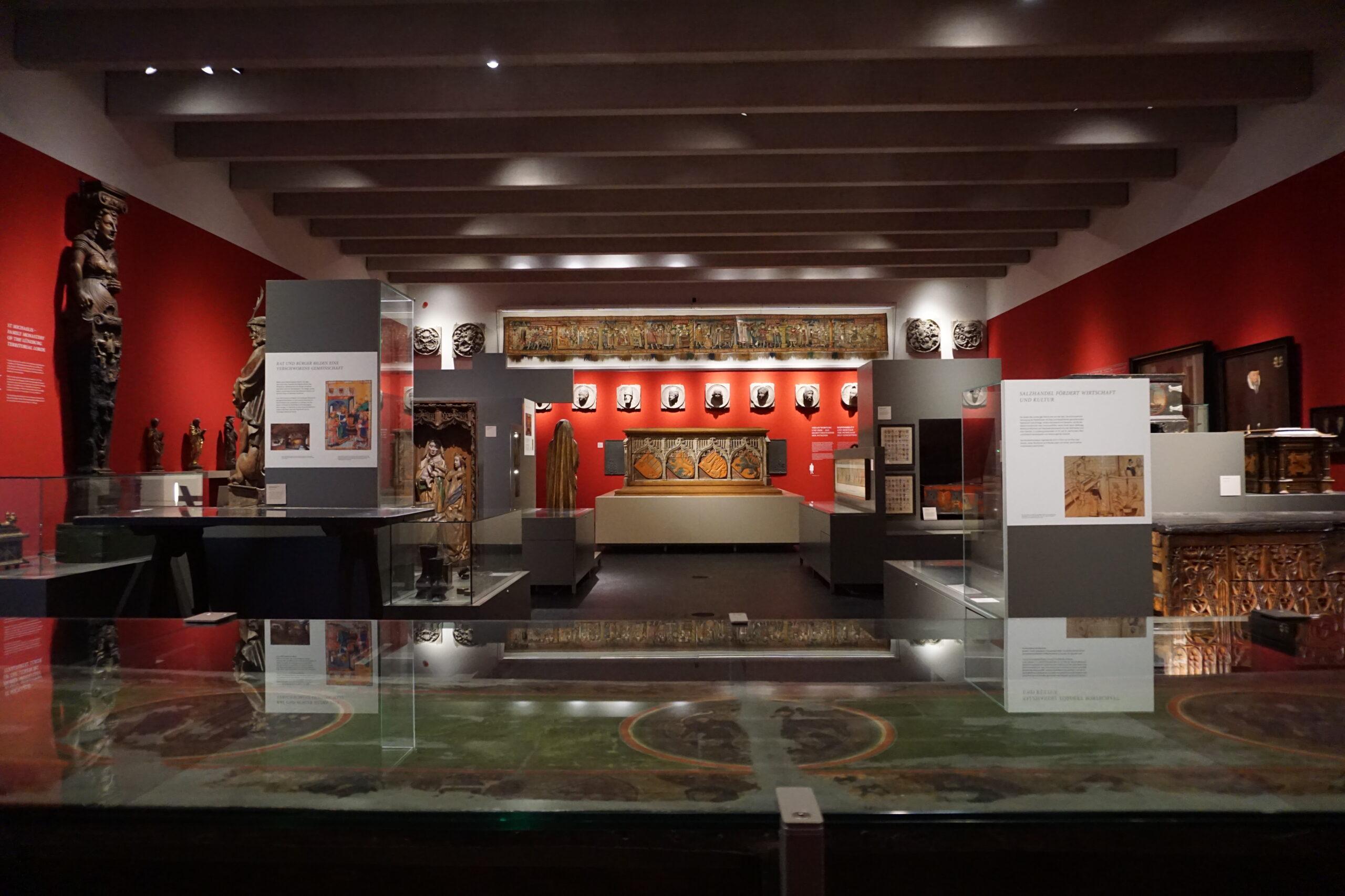 Zahlreiche Ausstellungsstücke veranschaulichen das Leben der früheren Lüneburger*innen © Hardt/Gelbe