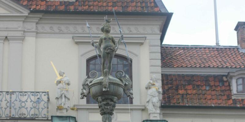 Der Lunabrunnen vor der prächtigen Rathausfassade © Behrens/Groesgen