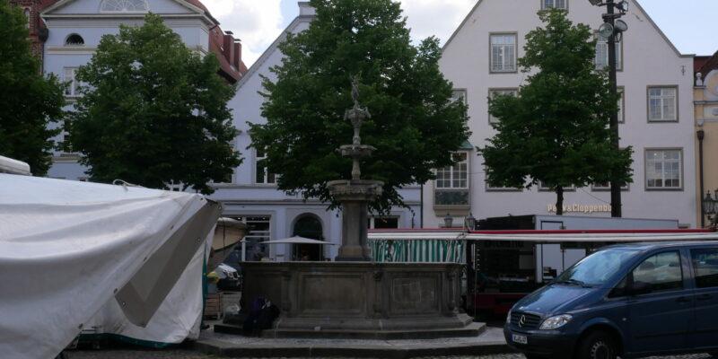 Der Lunabrunnen inmitten des Markttrubels © Behrens/Groesgen