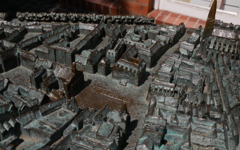 Der aus Bronze gegossene Stadtplan vor der Tourist-Information © Behrens/Groesgen