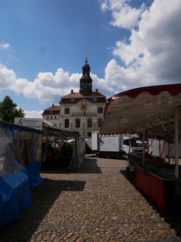 Marktstände vor dem Rathaus © Behrens/Groesgen