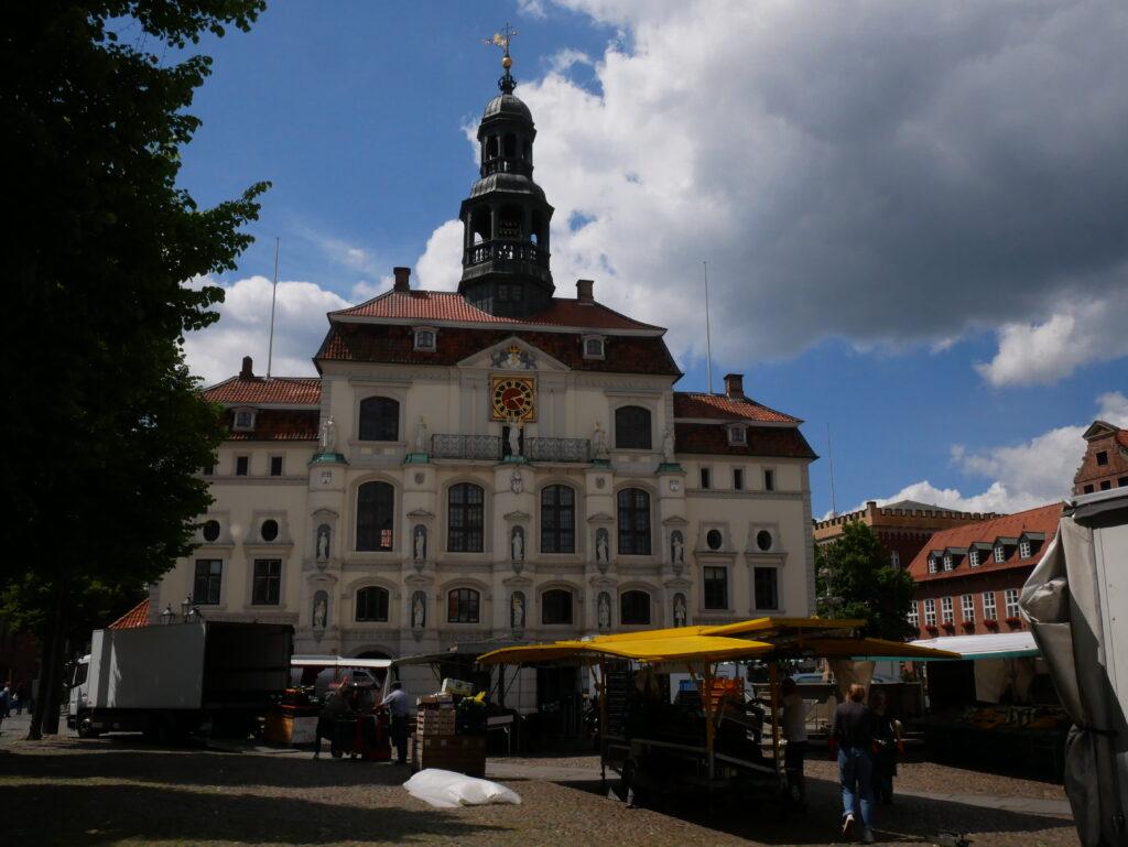 Das Rathaus und der davor stattfindende Wochenmarkt © Behrens/Groesgen