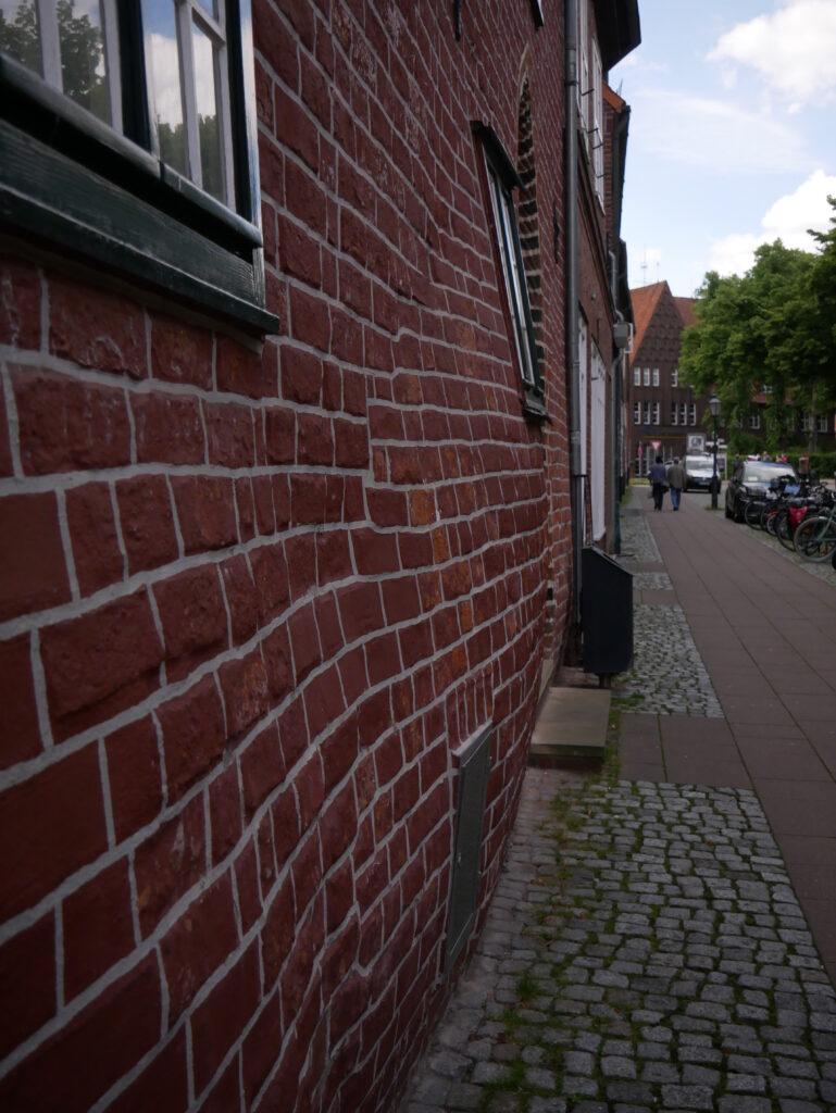 """Eines der vielen """"schwangeren"""" Häuser in Lüneburg © Behrens/Groesgen"""