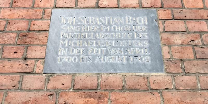 Erinnerung an Johann Sebastian Bachs Aufenthalt an der Michaelisschule an der Seite der St. Michaelis Kirche © Dahmen